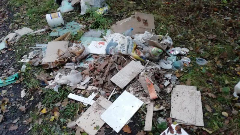 Ktoś kolejny raz wysypał śmieci w Czuchowie. Zarejestrowała go kamera