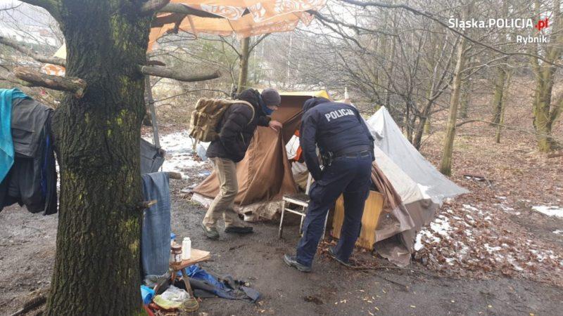 Mieszkał w namiocie. Pomogli policjanci